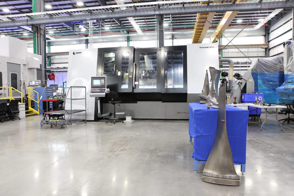 Станок для изготовления лопастей компрессора для крупнейшего в мире реактивного двигателя